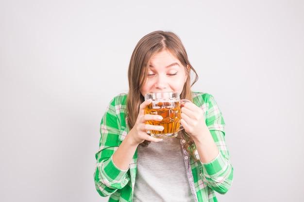 ビールをテストする美しい若い女性のクローズ アップ。