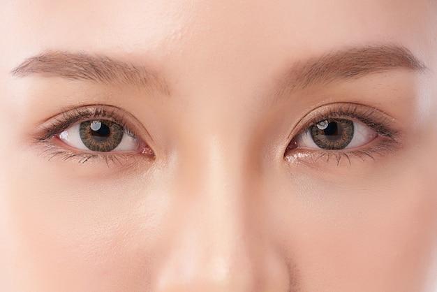 美容アジア女性の目のクローズアップ。 Premium写真
