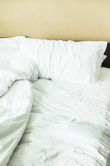 주름진 시트와 침대의 클로즈업