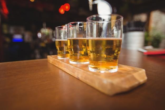 カウンターの上のビールのグラスのクローズアップ