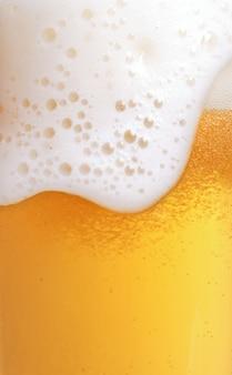 泡とビールのクローズアップ