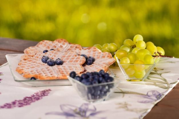 屋外で果物とベルギーワッフルのクローズアップ