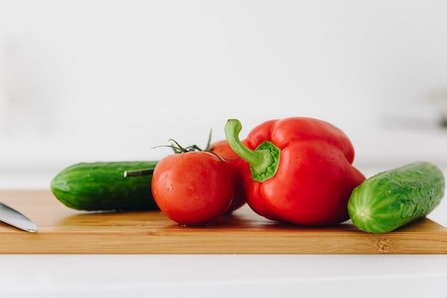 ピーマン、トマト、キュウリ、新鮮で有機のクローズアップ