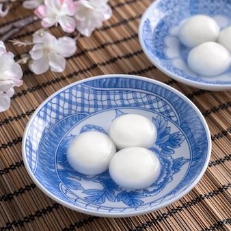 회색 테이블 배경에 동지 축제 음식에 대 한 큰 tangyuan yuanxiao의 닫습니다.