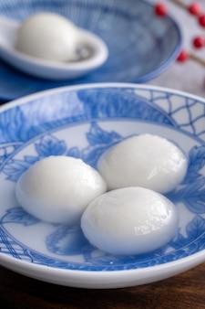 冬至祭と旧正月の食べ物のための大きな湯円元暁(もち米団子ボール)のクローズアップ