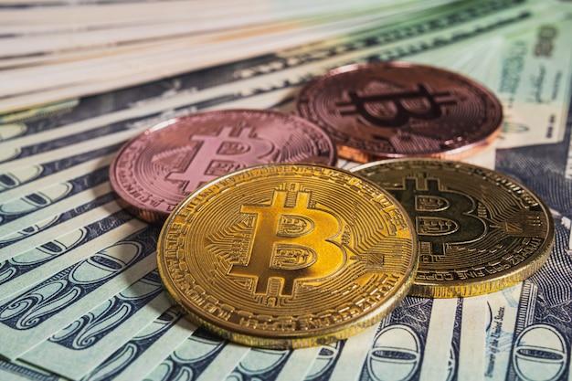Закройте биткойны и банкноты на столе
