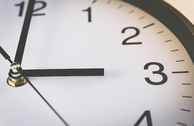 Закройте черно-белые аналоговые часы с избирательным фокусом на 3 oclock