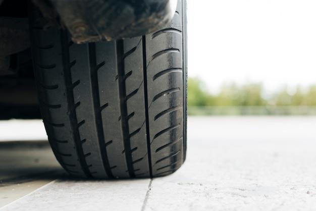 黒い車のタイヤのクローズアップ