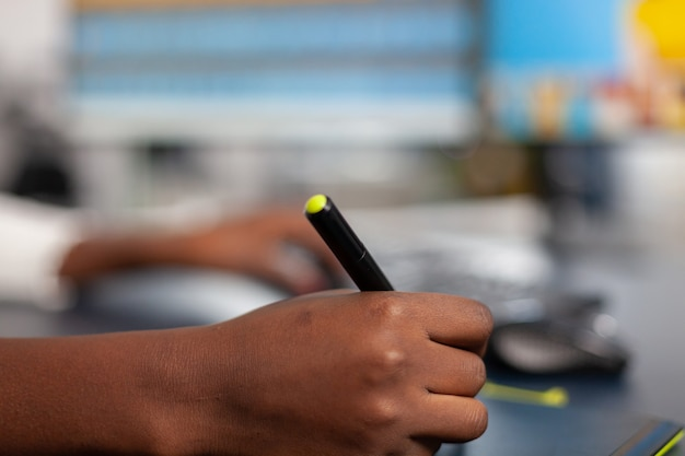 스타일러스 연필로 고객 이미지를 편집하는 검정 사진 디자이너 클로즈업, 그래픽 태블릿에 그림 그리기 프리미엄 사진
