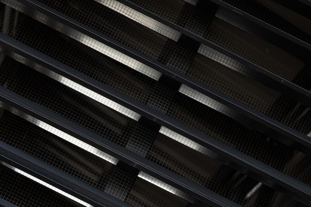 Крупный план черной вентиляционной решетки с зазорами