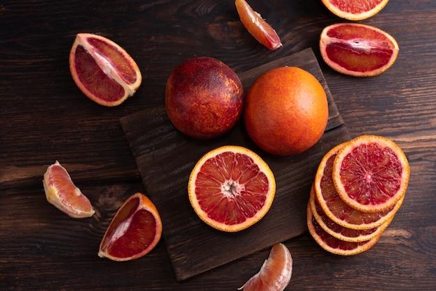 ブラッドオレンジ全体のクローズアップ、スライスとウェッジにカット