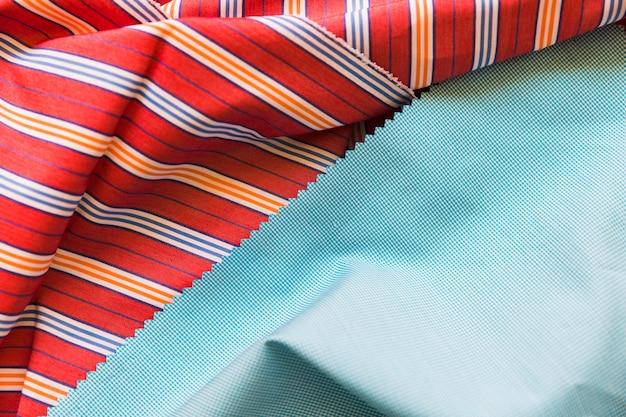 파란색과 빨간색 직물 소재의 클로즈업