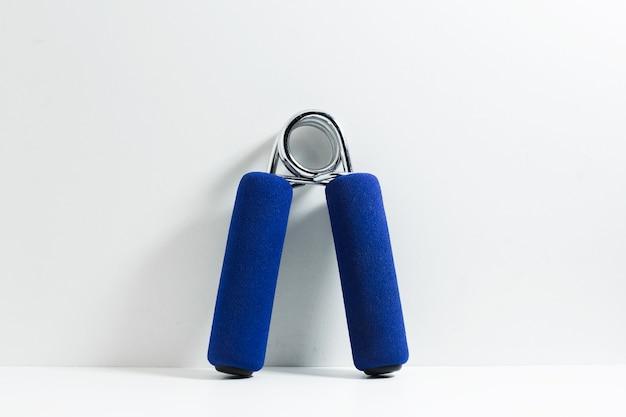 손목 훈련을위한 파란색 손 그립의 클로즈업입니다.