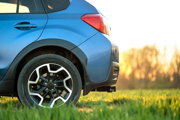 緑の芝生の上の道路の車を離れて青のクローズアップ