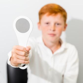 Крупный план размытого невинного мальчика, показывающего окклюдер
