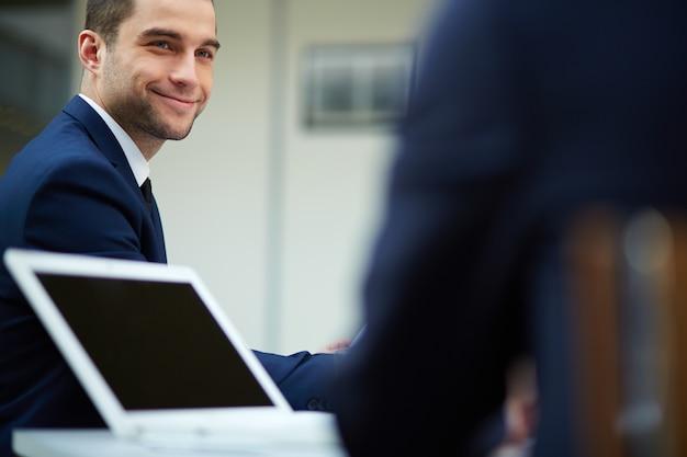 Крупным планом улыбается босс