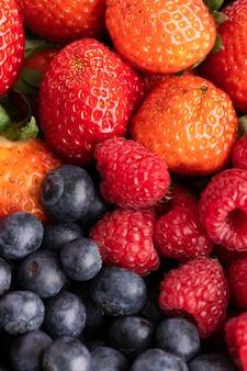 딸기, 라스베리, 블루 베리와 그릇의 클로즈업