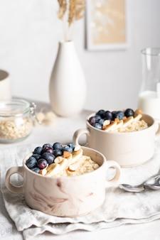朝食にブルーベリーとオートミールのお粥とボウルのクローズアップ