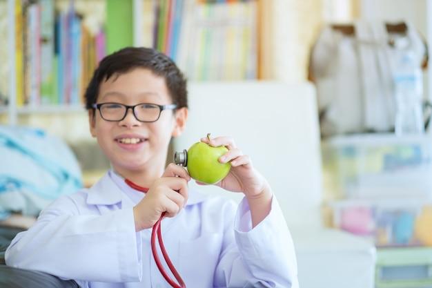 緑のリンゴと男の子の手を閉じる