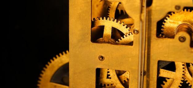 골동품 시계의 황동 기어 클로즈업