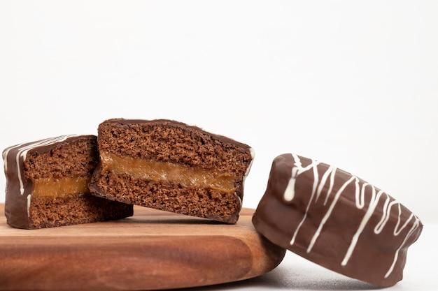 초콜릿 파오 드 멜 선택적 초점을 가진 브라질 디저트 꿀 쿠키 클로즈업
