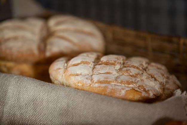 Крупный план хлеба в корзине