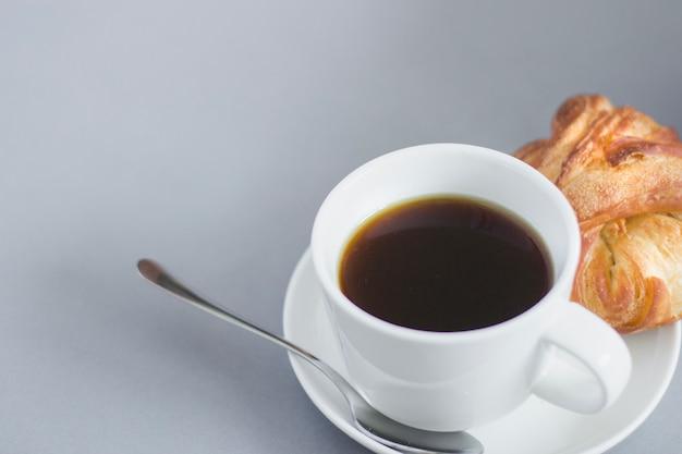 Крупный план завтрака кофе и круассаном