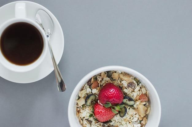 Крупный план завтрака мюсли чаша и кофе