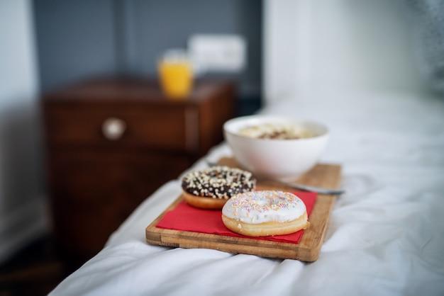 自宅やホテルのベッドに残っている木製の受け皿で朝食または夕食のクローズアップ。