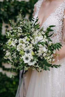 Крупным планом невесты с букетом невесты
