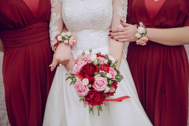 Крупным планом невесты держит ее довольно букет