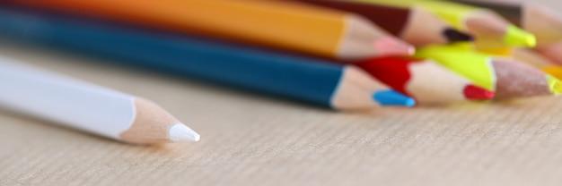 明るい鉛筆のクローズアップ。ホワイトグリーンオレンジイエローとレッドの色。会社の仕事のための供給のマクロ撮影。描画または書き込みのためのもの。オフィス文具コンセプト