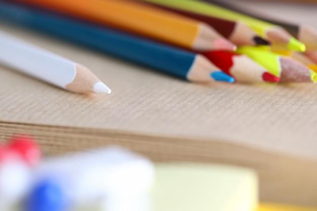 밝은 연필의 클로즈업입니다. 흰색 녹색 주황색 노란색과 빨간색. 회사 작업에 대한 공급의 매크로 샷입니다. 그리기 또는 쓰기를위한 것. 오피스 문구 개념