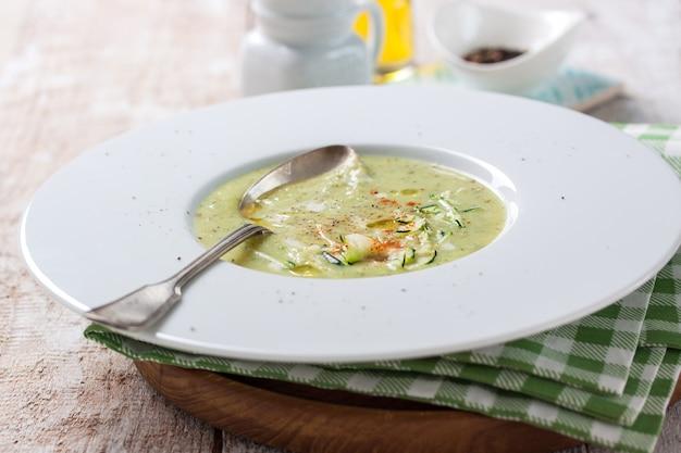 Крупным планом суп из брокколи с ложкой
