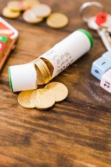 木製の机の上にユーロ硬貨と壊れたラッパーのクローズアップ