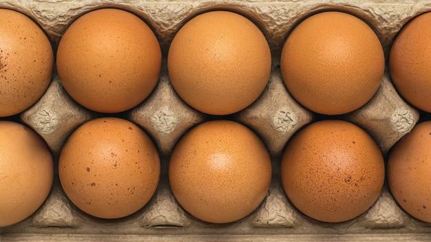 상자에 갈색 닭고기 달걀의 클로즈업입니다. 천연 제품입니다.