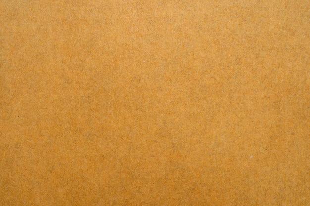 白い背景の上の茶色の封筒のテクスチャのクローズアップ。
