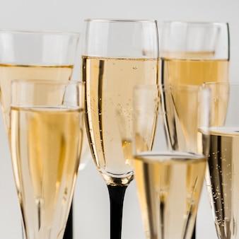 シャンパングラスの泡のクローズアップ