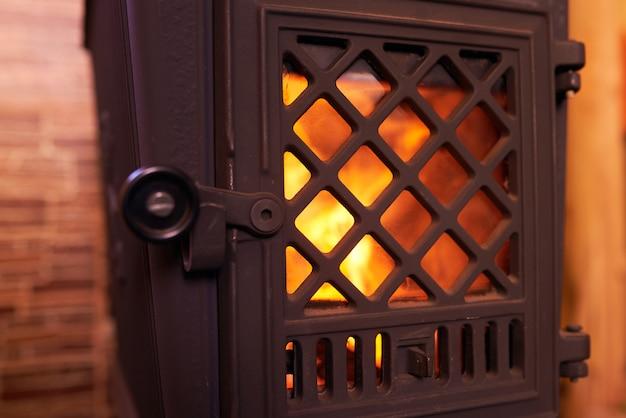 自宅で燃える暖炉のクローズアップ