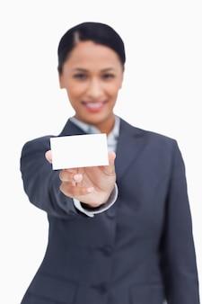 Крупный план визитной карточки, показанной продавщицей