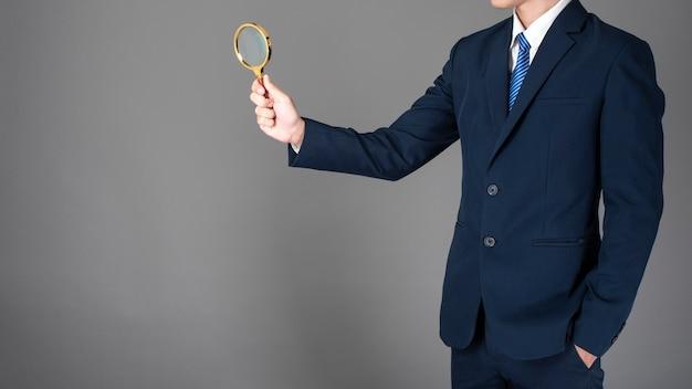 Крупный план бизнес-человек - данные исследования на сером фоне