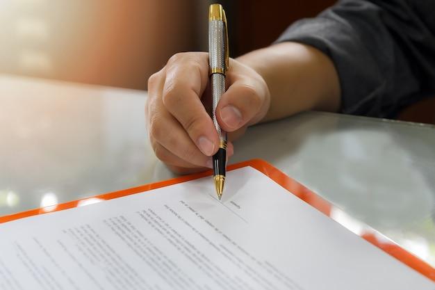 契約をする契約を結ぶビジネスマンのクローズアップ