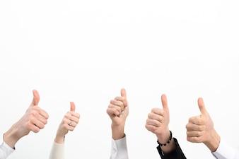 ビジネス人々の手のクローズアップホワイトバックグラウンド上に分離されてサインを親指を表示