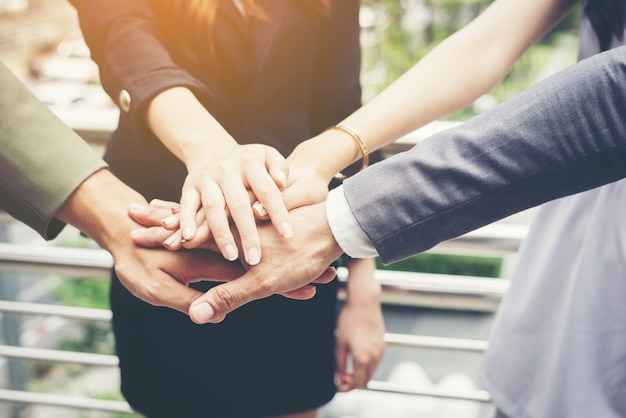 비즈니스 사람들이 손을 함께 닫습니다. 팀워크 개념.