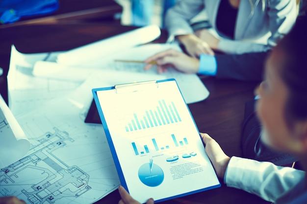 연례 보고서를 분석하는 사업가의 클로즈업