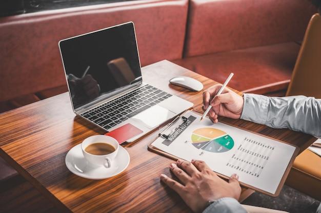 レポートを確認するビジネスマンのクローズアップ