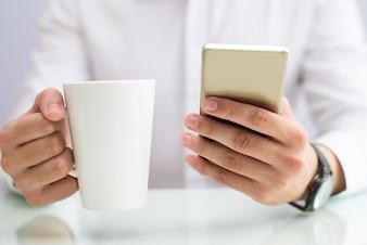 ビジネスマン、コーヒー、飲み物、スマートフォン、クローズアップ