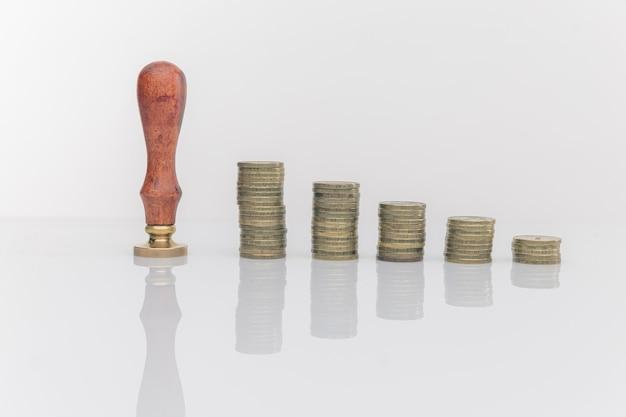 사업가 손 클로즈업 동전 스택에 동전을 넣어.