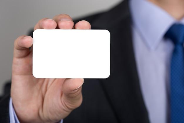 비즈니스 카드를 보여주는 사업가 손 클로즈업. copyspace.