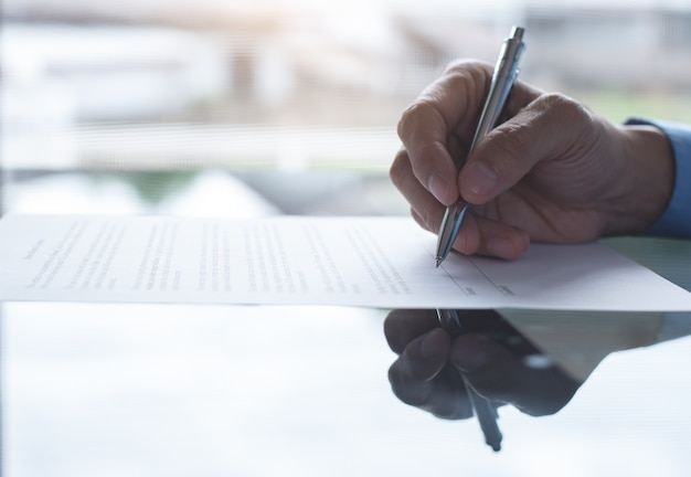 ビジネス契約に署名する実業家の手のクローズアップ